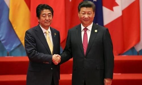 Chủ tịch Trung Quốc Tập Cận Bình tiếp Thủ tướng Nhật Bản Shinzo Abe tại Hội nghị thượng đỉnh G20 tổ chức ở Hàng Châu. Ảnh: Reuters