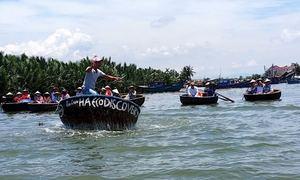 Du khách phấn khích xem múa thuyền thúng ở Hội An