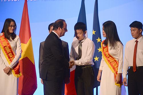 Tổng thống Hollande sau đó chụp ảnh cùng các sinh viê