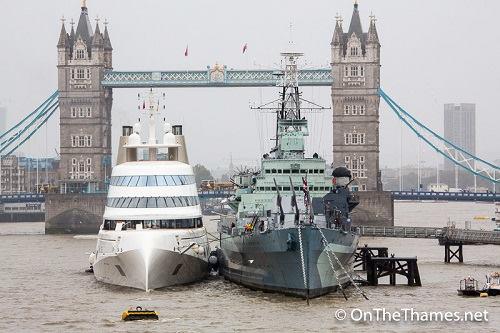 chiếc du thuyền Motor Yacht Acó mặt trên sông Thames hôm 3/9, được neo cạnh tàu chiến lịch sử HMS Belfast của Anh, gần cầu quay Tower Bridge.