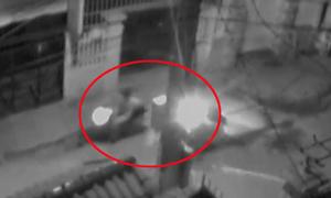 Cô gái bị cướp giật túi xách trong đêm ngã văng xuống đường