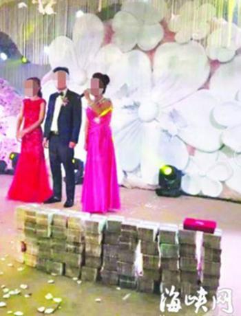 nhà trai còn mang nhiều xấp tiền mặt trị giá tổng cộng 6 triệu nhân dân tệ (gần một triệu USD) đặt trên sân khấu để tặng cho nhà gái.