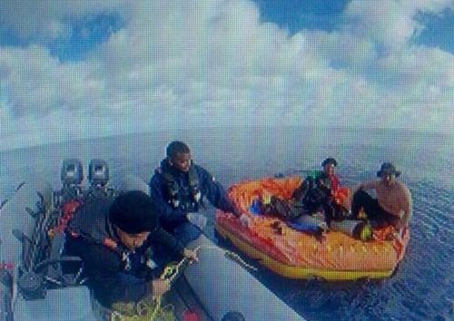 Jorge Morales và Dario Rodriguez được hải quân Colombia giải cứu. Ảnh: Twitter/Juan J. Castellanos.