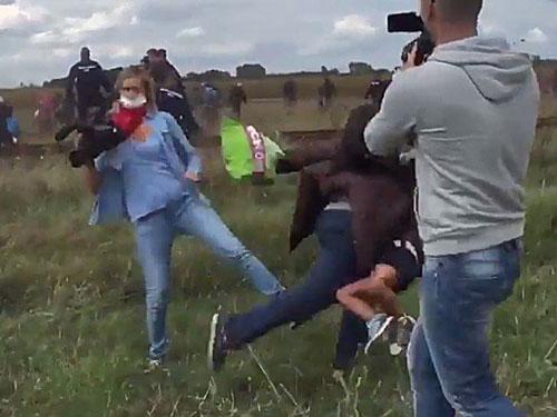 Laszlo ngáng chân một ông bố đang bế con nhỏ khi họ phá vỡ hàng rào cảnh sát. Ảnh:Tribune
