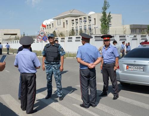 Lực lượng an ninh Kyrgyzstan phong tỏa khu vực quanh đại sứ quán Trung Quốc để điều tra. Ảnh: Time.