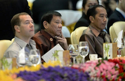 Ông Duterte ngồi giữa hai lãnh đạo Nga và Indonesia tại tiệc tối ở Vientiane, Lào. Ảnh: AFP
