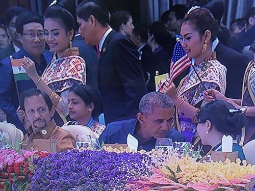 Tổng thống Mỹ Obama trò chuyện với phu nhân Thủ tướng Nguyễn Xuân Phúc. Ảnh: Twitter
