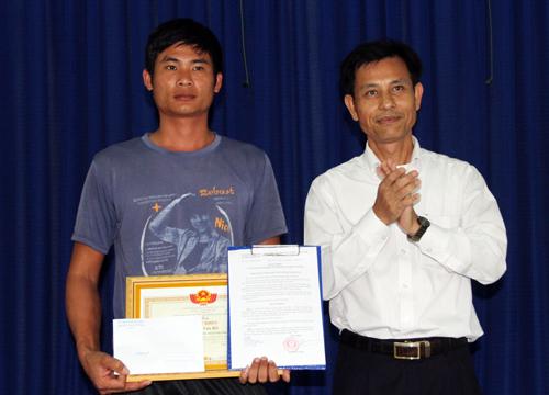 Tài xế Phan Văn Bắc nhận bằng khen. Ảnh: Hoài Thanh
