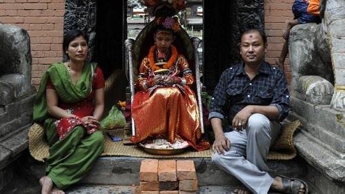nu-than-song-duoc-nguoi-nepal-tho-phung-1