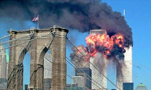 Một tháp của Trung tâm Thương mại Thế giới, New York, Mỹ, nổ tung trong vụ khủng bố 11/9. Ảnh: Reuters.