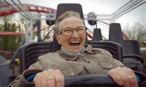 Cụ bà 78 tuổi đi tàu lượn siêu tốc để đánh tan nỗi sợ