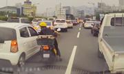 Người phụ nữ dẹp ôtô mở đường cho xe cứu thương