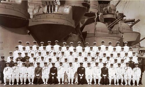 Sĩ quan Nhật chụp ảnh cạnh thiết giáp hạm khổng lồ Musashi.Ảnh: Wikimedia Commons
