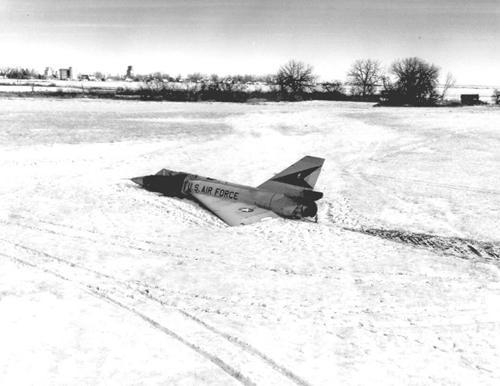 Tiêm kích đánh chặn F-106 khi hạ cánh. Ảnh: USAF