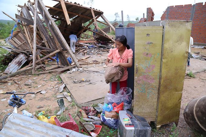 Lốc dữ thổi bay nhiều nhà dân ở Quảng Trị