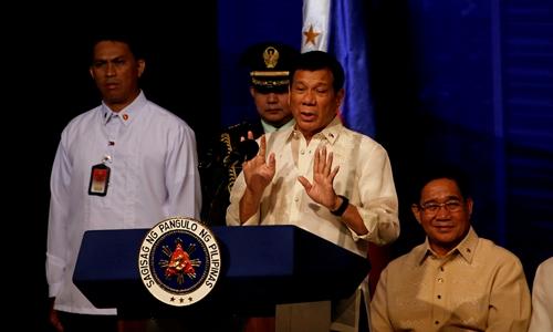 Tổng thống Duterte nói chuyện với người Philippines sống tại Indonesia. Ảnh: Reuters.