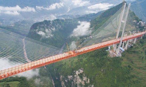 Tỉnh Quý Châu thuộc khu vực có địa hình núi non hiểm trở, nhiều hẻm vực sâu, có 7 trong số 10 cây cầu cao nhất Trung Quốc. Ảnh: ECNS.