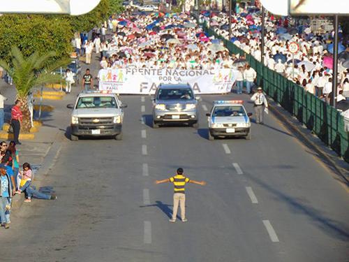 Cậu bé đứng giữa đường phố chặn đoàn người biểu tình phản đối hợp pháp hóa hôn nhân đồng giới ởthành phốCelaya, bang Guanajuato
