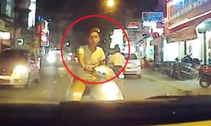 Những quái xế chạy xe máy chặn đầu gây gổ ôtô