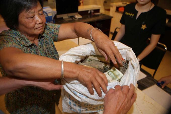 Đôi vợ chồng Trung Quốc mang bao tải tiền lẻ đi mua nhà