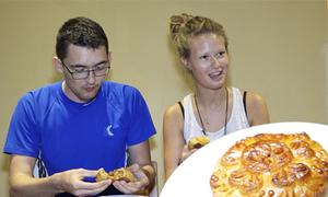 Khách nước ngoài thấy thế nào trong lần đầu thử bánh Trung thu