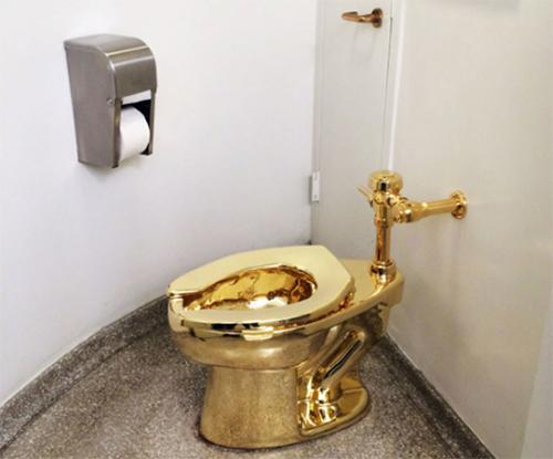 Chiếcbệ xí làm từ vàngđược đặt tại một nhà vệ sinh công cộng của bảo tàngGuggenheim, thành phố New York