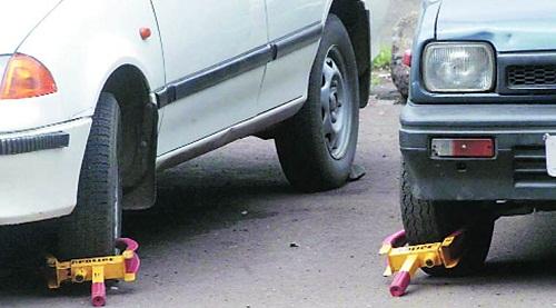 Cảnh sát Mumbai khóa bánh xe của người đỗ xe sai vị trí quy định.
