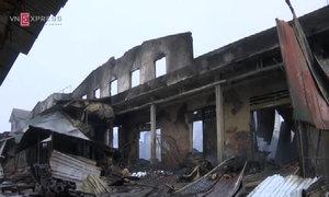 Tiểu thương gào khóc sau đám cháy gần 1.000 người dập lửa