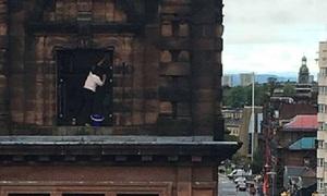 Cụ bà 76 tuổi vẫn trèo nhà cao tầng lau cửa sổ