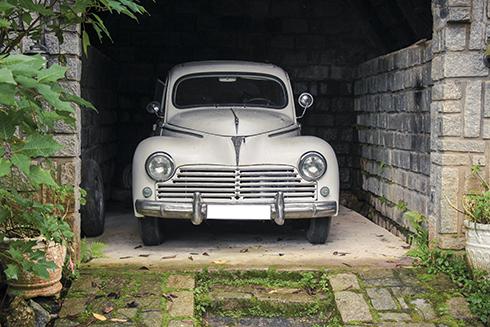 xe-co-peugeot-203-trong-can-biet-thu-co-da-lat