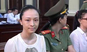 Hoa hậu Phương Nga mỉm cười khi bị dẫn giải đến tòa
