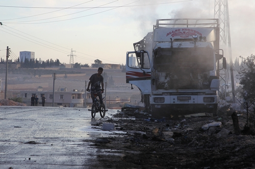 Một xe tải chở hàng cứu trợ của Liên Hợp Quốc bị hư hại. Ảnh: Reuters.