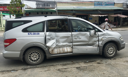 Ôtô 7 chỗ ngồi của nhóm người đến dán bản thông báo của ngân hàng TMCP An Bình bị tông hư hỏng. Ảnh: Phúc Hưng