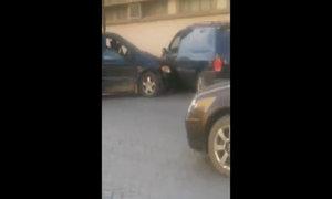 Cô gái liên tục tông xe bạn trai cũ vì ghen tuông