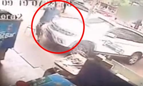Chiếc SUV húc văng một người đi đường vì tài xế bị kẹt chân ga. Ảnh: CCTV News.