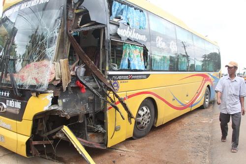 Xe khách hư hỏng nặng sau vụ tai nạn. Ảnh: Phước Tuấn