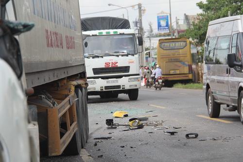 Sau khi tông vào xe container, xe khách chao đảo bay qua con mương bên đường rồi dừng lại. Ảnh: Phước Tuấn