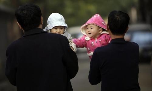 Trung Quốc đang khan hiếm lao động do chính sách một con. Ảnh minh họa: Reuters.