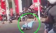 Video xem nhiều nhất tuần: Mẹ ôm chặt con dù bị xe tông