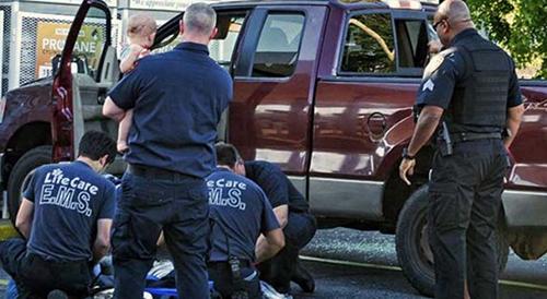 Cảnh sátElyriagiải cứu đứa trẻ khỏi chiếc xe. Ảnh:
