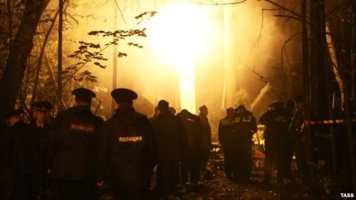Các nhân viên cứu hộ tại hiện trường trực thăng rơi sáng sớm 22/9. Ảnh: Tass