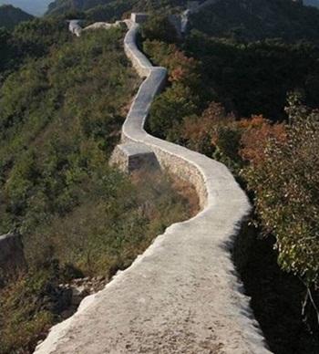Một đoạn Vạn Lý Trường Thành bị bê tông hóa. Ảnh: BeijingNews