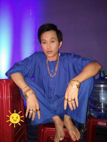 viet-huong-khoe-anh-deo-vang-day-tay-gay-bao-mang-1