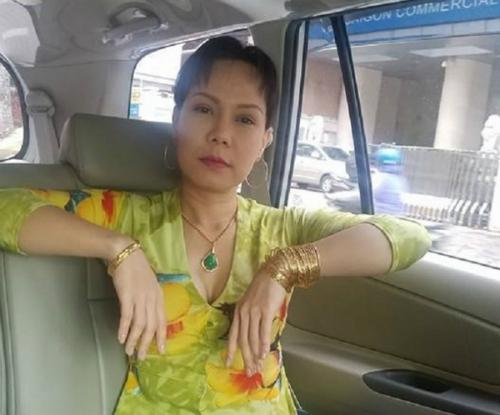 viet-huong-khoe-anh-deo-vang-day-tay-gay-bao-mang