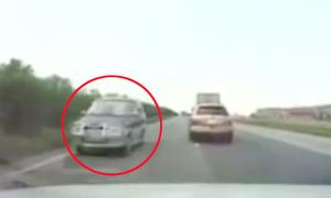 Hàng loạt ôtô đánh lái tránh xe hơi chạy ngược chiều trên cao tốc