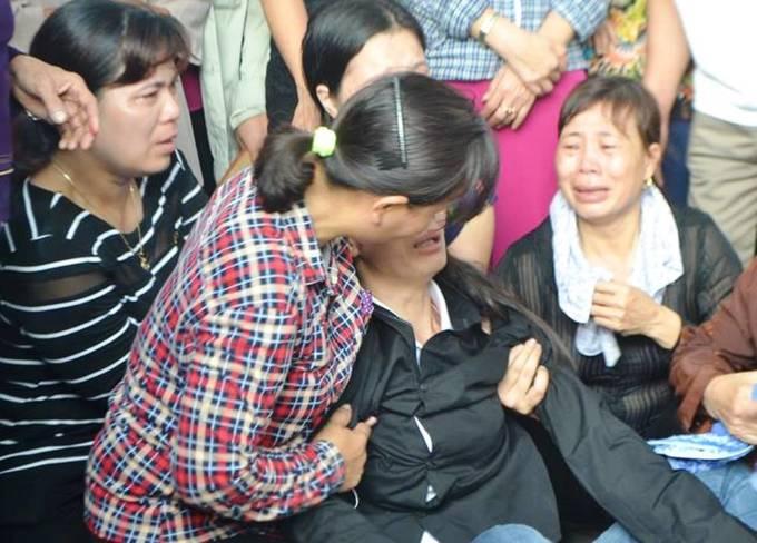 Người mẹ ngất xỉu trong đám tang 4 người thân ở Quảng Ninh