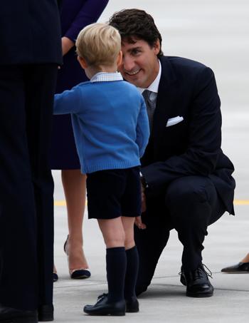 Thủ tướng CanadaJustin Trudeau đã quỳ gối xuống