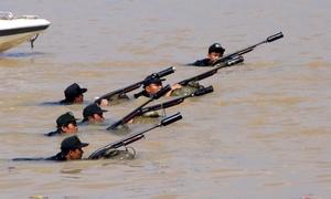 Cảnh sát diễn tập bắn đạn trên sông Đồng Nai