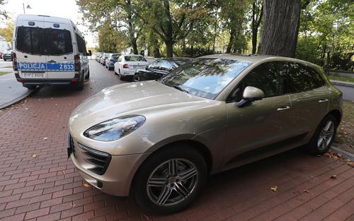 chiếc xe hơi mang biển số Moscow đỗ gần văn phòng thủ tướng Ba Lan.