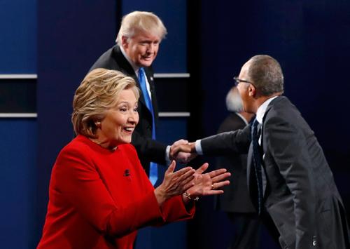 Bà Clinton chào những người ủng hộ, trong khi ông Trump bắt tay người dẫn chương trìnhLester Holt.